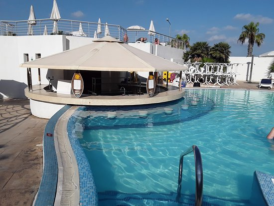 The swim up bar - Neptune Pool