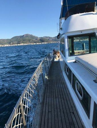 Яхта оборудована всем необходимым для приятного плаванья