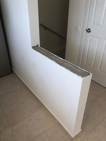Mutfak duvarındaki mermer kırılmış ve oynuyordu ancak kaldırılmamış, kızom için tehlike oluşturduğu için biz kaldırdık. İlgisizlik!