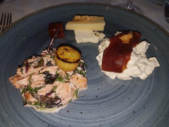 Hønsesalat, lun laksesalat, modnet oste
