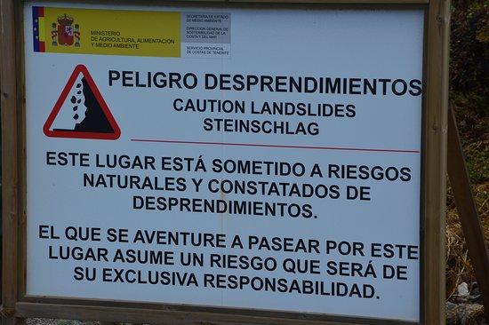 Pozo de las Calcosas: Aviso del peligro de desprendimientos en el área de acceso