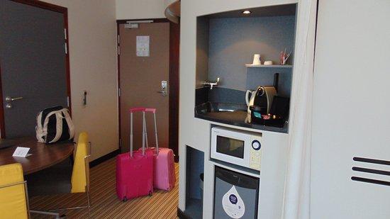 Novotel Suites Lille Europe hotel: Camera ampia con tavolo, microonde , frigo, macchina nespresso con cialde in omaggio!