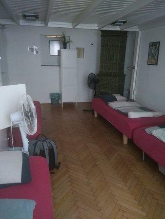 6 местный номер - 4 кровати на первом уровне и две - на втором. В номере вентилятор, шкафчик для хранения вещей (влезает небольшой рюкзак, но нужен свой замочек). Есть индивидуальное освещение и на каждую кровать - 2-4 розетки (как повезет)