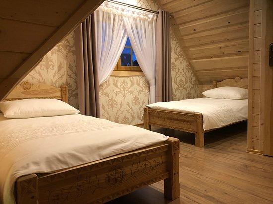 Zab, Polen: Sypialnia z dwoma pojedynczymi łóżkami.