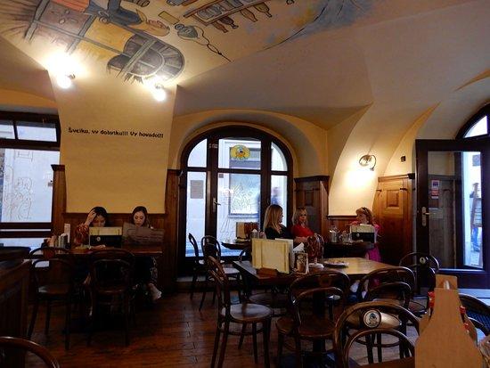 Svejk Restaurant U zeleneho stromu: La sala all'entrata