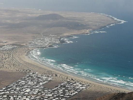 Lanzarote, Tây Ban Nha: Mirador  desde el cual podremos contemplar la costa de Farrama, con su playa surfer a y playas de arena negra