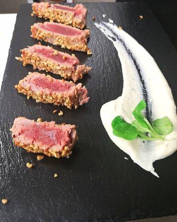 Tagliata di tonno in crosta di nocciole, salsa yogurt all'erba cipollina