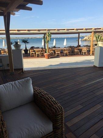 Nissaki Beach Hotel: outdoor breakfast seating