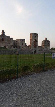 Krzyztopor Castle: Zamek Krzyżtopór - 9. Ujęcie od strony pobliskiej Szkoły Podstawowej.