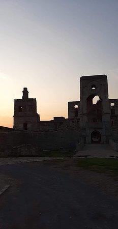 Krzyztopor Castle: Zamek Krzyżtopór - 11. Wejście w promieniach zachodzącego, sierpniowego słońca.