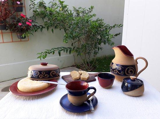 RM Ceramica Artistica: Jogo matinal coleção Helicônia: jarra, mantegueira, xícara, molheira e queijeira em cerâmica de alta temperatura.