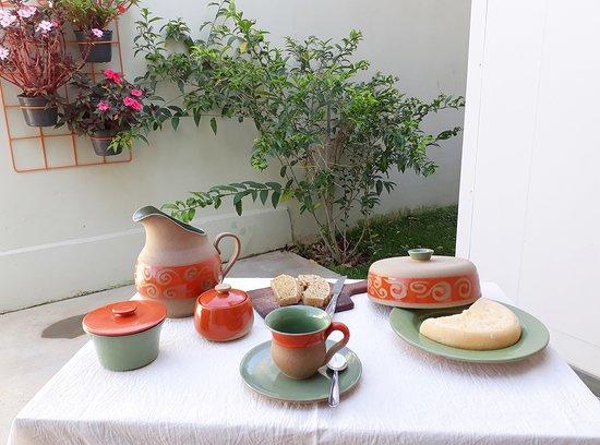 RM Ceramica Artistica: Jogo matinal coleção chama da floresta: jarra, mantegueira, xícara, molheira e queijeira em cerâmica de alta temperatura.