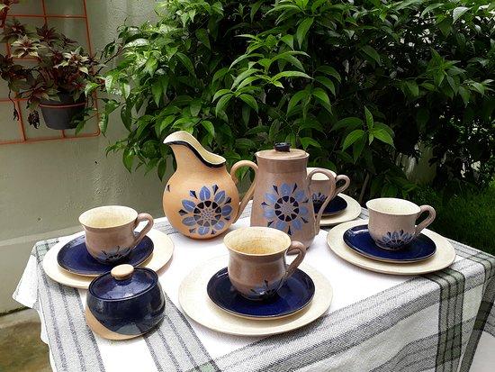 Jogo matinal coleção flor da matriz: jarra, jarra com tampa, xícaras, pires, molheira em cerâmica de alta temperatura.