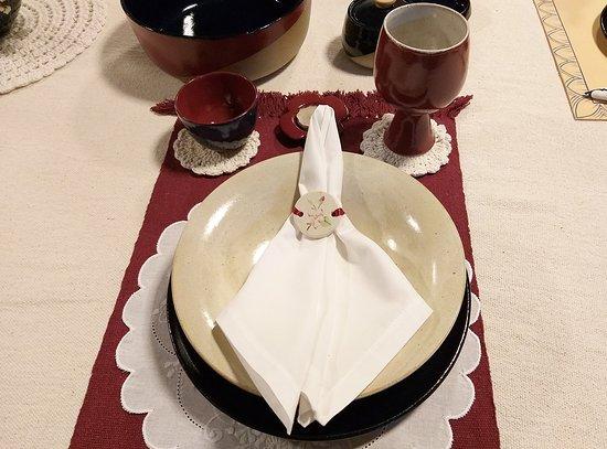 RM Ceramica Artistica: Prato tipo travessa, prato de 26 de diâmetro, cálice bordeaux e bol em cerâmica de alta temperatura.