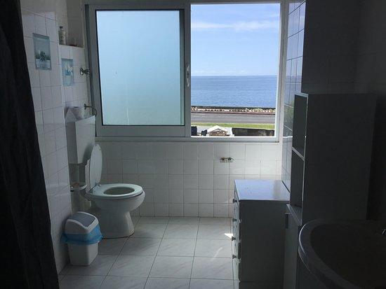 Novelao House: Toilet with the views on Atlantic ocean.