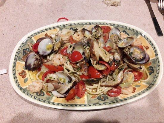 Pezze di Greco, Italië: tagliolini con vongole, gamberetti, funghi porcini e pomodorino.