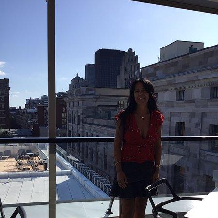 Un bel endroit à Montréal,hôtel 5 étoile chambres modernes salle de bain lumineuses avec douche à jets et pluie,lits king confortable,terrasse sur le toit avec vue sur le fleuve WoW ,j'ai bien aimé a refaire l'an prochain 😃