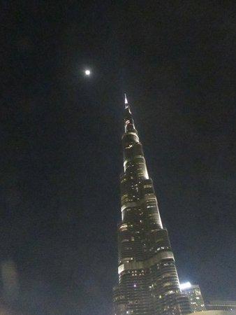 "På toppen, Burj Khalifa - Nivåer 125 + 124 ""Allmän tillträde"": After sunset, the moon and the Burj Khalifa."