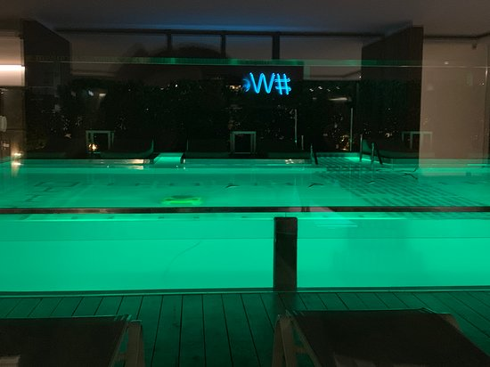 Electra Metropolis Hotel: pool cleaner in action at 11pm