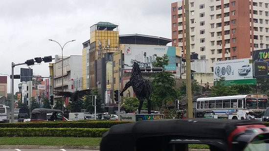 Kolombo, Šri Lanka: A beautiful horse sculpture in the middle of Round about in Colombo, Sri Lanka.