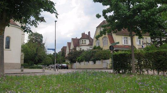 St.Johannes Nepomuk: Calle lateral de la iglesia