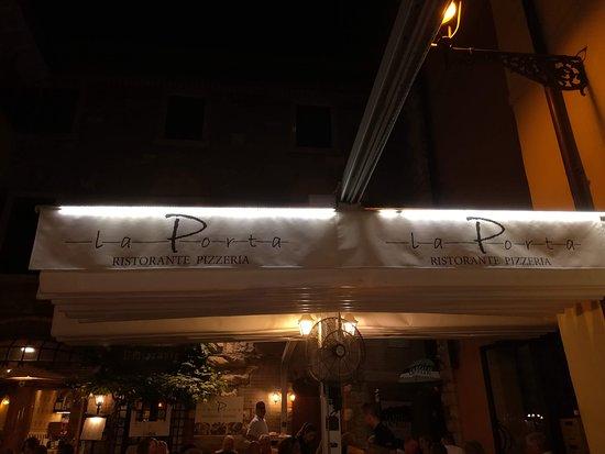 Ristorante Pizzeria La Porta: Il tendone, molto utile quando ha iniziato a pioviggianare!!
