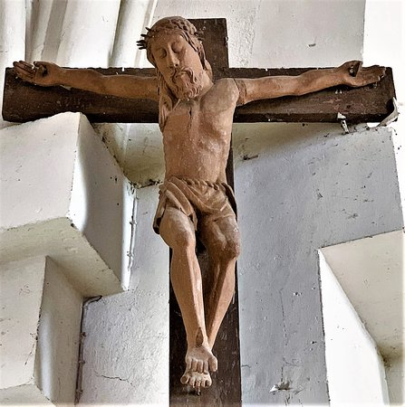 L'église Saint-Rémy est simple et typique des églises de bourg. Reconstruite au 19ème pour des raisons de sécurité, elle n'a pas de véritable intérêt historique si ce n'est celui d'exister, preuve de l'attachement des villageois à leur patrimoine. Elle abrite une statue de saint Roch en bois de châtaignier polychrome du 15ème siècle, et divers autres objets intéressants.