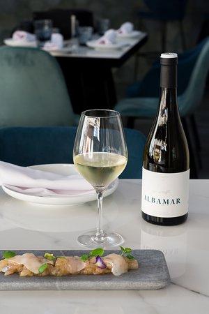 Cuidada selección de vinos de pequeños productores.