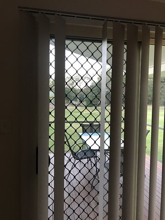 Discovery Parks - Coolwaters, Yeppoon: Missing panels from blind, main bedroom