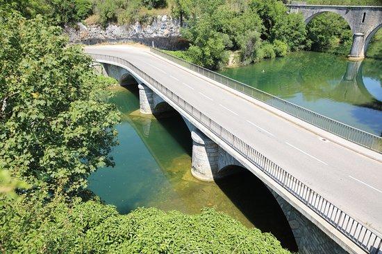 Le pont ou a circulé le Tacot est à droite