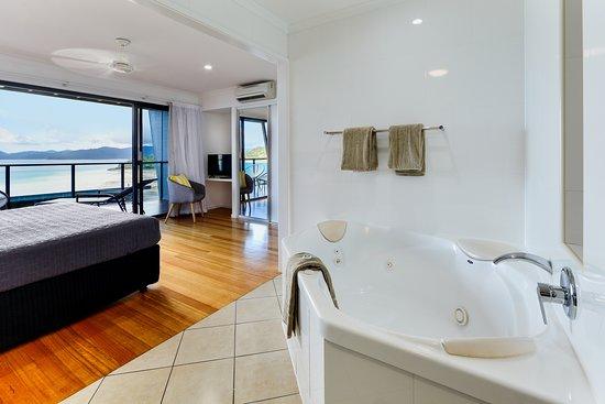 Shorelines 33 : Master bedroom with ensuite including large bath
