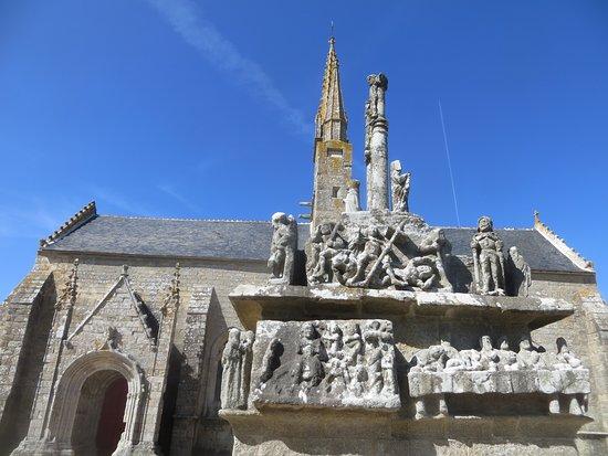 Saint-Jean-Trolimon, Frankrike: chapelle Notre-Dame de Tronoën, côté sud. Bas relief niveau inférieur, à droite la Cène.