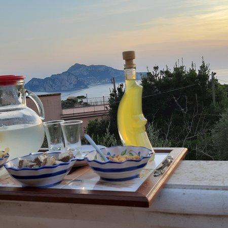 Termini, Italia: Aperitivo in terrazza di fronte alla meravigliosa isola di Capri