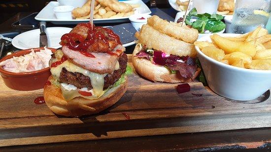 Ich weiß nicht mehr wie der Burger hieß, aber er war der Wahnsinn! Im Hintergrund die Fish&Chips meiner Mitreisenden, diese waren auch sehr gut.