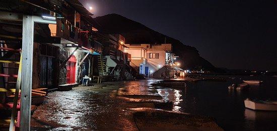 notturno villaggio dei pescatori