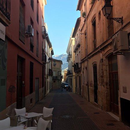 Прекрасный маленький городок с пляжем и замком. Есть целая улица ресторанов и вообще очень милый центр города.