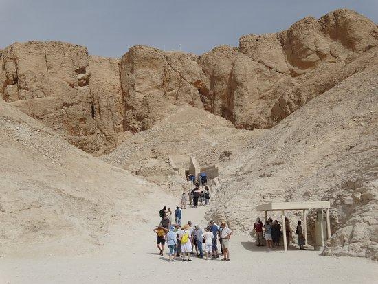 no meio das montanhas, acesso ao Templo de Ramsés IV