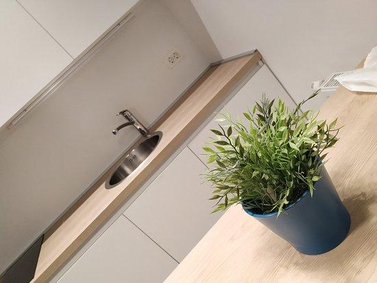 Loox Serviced Apartments: Cucinino molto moderno dell'appartamento