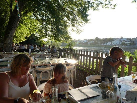 Castillon-la-Bataille, Francja: A meal beside the Dordogne