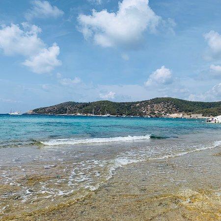 Una de las mejores playas de Ibiza, el agua está muy bien, recomiendo llevar sombrilla porque el sol es muy fuerte
