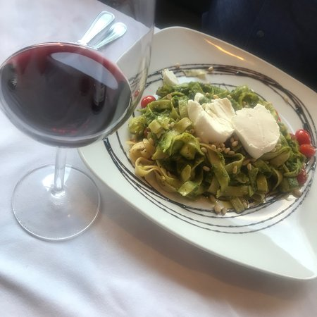 Male Bistro Mexicano: Nuestro delicioso fetuccini verde, acompañado de un vino mexicano.
