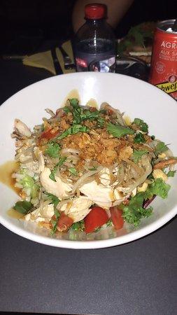 Tarte & Quiche: Délicieux! Endroit très propre, ici une salade thaï très bonne pour ceux qui aime le soja, poulet grillé frais délicieux tout est frais et bon je recommandes. Les quiches sont très bonne aussi et les tartes un délice