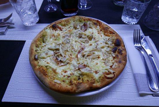Sicilia Nostra: Pizza Schiticchiusa (crema di pistacchio, mozzarella, scamorza affumicata, pancetta, funghi porcini, scaglie di grana)
