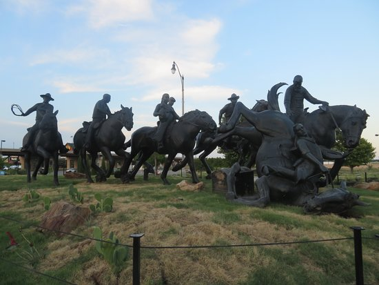Centennial Land Run Monument: Several horses and people in the race