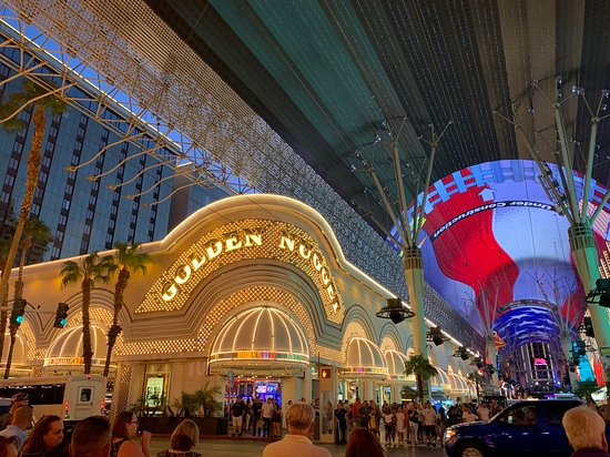 Las Vegas: Fremont Street Experience Evening Drink Tour: Lots of glitz and glamour