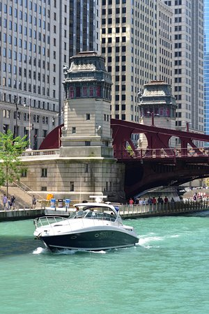 Chicago Architecture River Cruise: A yacht passed by one of the many bridges in Chicago city.