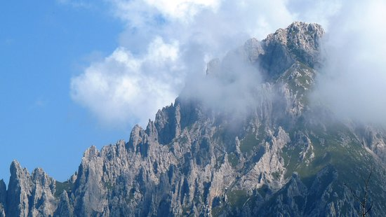 Piani Resinelli, Italy: Zoomata sulla Grignetta o Grigna Meridionale (2177 m). Fa parte del gruppo delle Grigne, considerata la sorella minore della più elevata Grigna Settentrionale (Grignone) ma non per questo meno bella e meno interessante. (Agosto 2019)