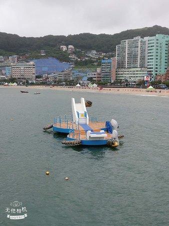 海水浴場旁的水上遊樂設施,感覺很好玩。