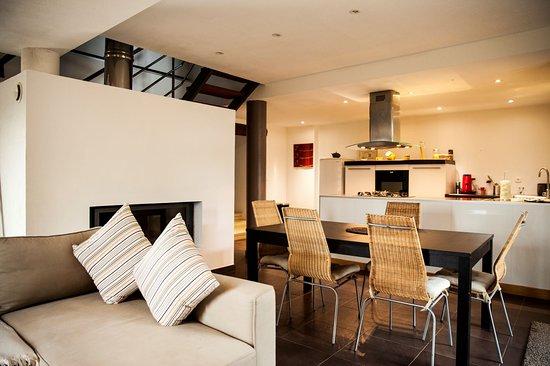 Salon / Salle à manger Mas de Cazaban  Gîte pour 6 à 8 personnes 2 chambres doubles, 1 chambre twin, 1 Canapé lit, 2 salles de bain, 2 toilettes, cuisine équipée, terrasse, accès à la piscine du Domaine
