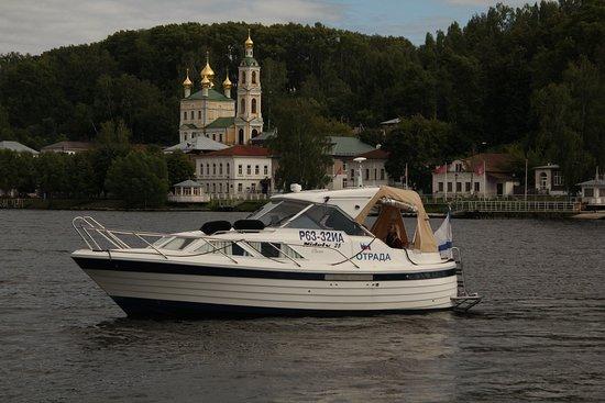 Ples, Russland: Аренда моторной яхты с капитаном. Индивидуальные туры